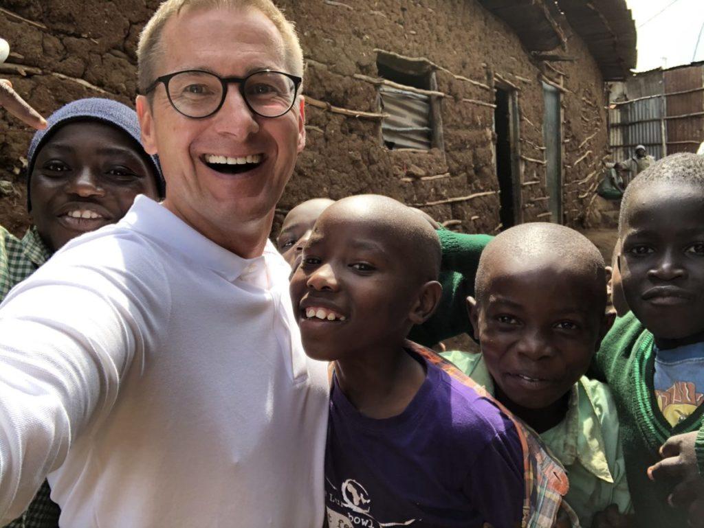 Obrázok detí z Kene spolu so zakladateľom nadácie Petrom Krištofovičom